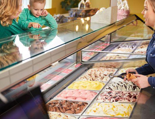 Kiezen uit een van de vele ijssmaken van Bonvanie