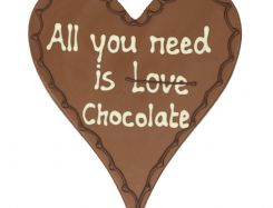 Chocoladehart met tekst: All you need is chocolate
